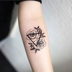Geometric Roses Forearm Tattoo Ideas for Women - Small Triangle Flower Arm Tat -. Geometric Roses Forearm Tattoo Ideas for Women – Small Triangle Flower Arm Tat – rosas negras c Cute Ankle Tattoos, Foot Tattoos, Body Art Tattoos, Tattoo Forearm, Tattoo Neck, Small Forearm Tattoos, Shape Tattoo, Ankle Tattoos For Women Anklet, Tattoos On Hand