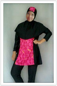 Kode: BRMD201414, Harga: IDR 285.000. Baju renang muslimah dewasa dengan desain longgar berwarna dasar hitam kombinasi warna merah dengan motif abstrak. Model baju dan celana renang terpisah, dilengkapi jilbab panjang yang menutupi dada dan topi yang disisipkan motif. Resleting diletakkan di depan baju untuk memudahkan pemakaian. Bahan baju renang adalah Spandex-Lycra yang sangat nyaman dipakai.