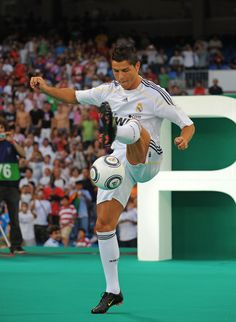 Cristiano Ronaldo Photos - New Real Madrid player Cristiano Ronaldo controls a ball during his presentation at the Santiago Bernabeu stadium on July 2009 in Madrid, Spain. - Real Madrid Presents Cristiano Ronaldo As New Player Cristiano Ronaldo 2009, Ronaldo Juventus, Real Madrid Club, Real Madrid Players, Cristiano Rinaldo, Ronaldo Pictures, Uefa Super Cup, European Soccer, Fc Chelsea