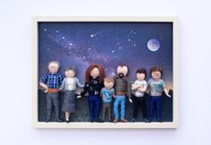 Needle felted, personalized dolls, family portrait in frame Mom Day, Felt Dolls, Family Portraits, Needle Felting, Frame, Diy, Felting, Family Posing, Picture Frame