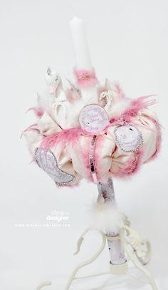 Lebada, Lacul lebedelor, White Swan este o tematica de botez abordata de catre organizatorii de evenimente si se numara printre preferatele voastre! De-aceea am creat o lumanare de botez cu o lebade albe accesorizata elegant cu pene roz si pene albe. Personalizarea este facuta prin insertia unor imagini cu motive florale roz si accente de silver de la cristalele aplicate atent pe margini.Lumanarea este facuta din ceara de cea mai buna calitate, fiind confectionata in asa fel incat sa fie… Candle Holders, Candles, Cots, Crystal, Porta Velas, Candy, Candle Sticks, Candlesticks, Candle
