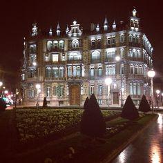 Bilbao. Plaza Moyua. Palacio Chávarri. Vista nocturna. By Xabier Abando. #Padgram