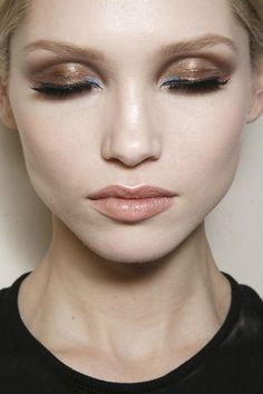 Gold metallic smokey eye makeup with a hint of blue with nude neutral lips. Artist Makeup, Makeup Art, Hair Makeup, Blue Makeup, Beauty Make-up, Beauty Hacks, Hair Beauty, Smokey Eye Makeup, Winged Eyeliner