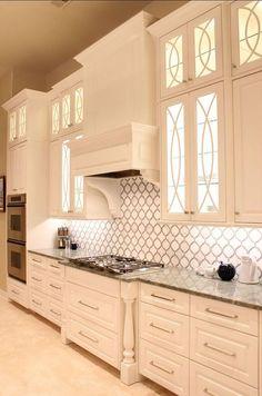 Bana göre mutfak evin en önemli yeridir. Dekorasyon çalışmaları esnasında beyaz mutfak dolapları tüm ailenin bir araya geldiği bu özel alan için çözüm olacaktır. Mutfak dolapları için farklı renkler tercih edilebilir. Fakat beyaz mutfak dolapları her zaman için öncelikli olacaktır. Beyaz renk mutfağınızı geniş gösterir. Mutfak aletleri, avizeler ve diğer dekorasyon unsurlarıyla uyumludur. Ortama ferahlık verir. Mutfak dolabı almayı düşünüyorsanız ya da yenileyecekseniz sizin için derlediğim…