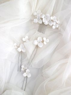 7 Scattered Flowers Wedding Headpieces You Will Love Flower Headpiece Wedding, Bridal Hairpiece, Wedding Headpieces, Hair Comb Wedding, Wedding Flowers, Romantic Bridal Hair, Long Bridal Hair, Flower Hair Pieces, Flowers In Hair