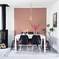 Tips til weekend-prosjekt! Få inn litt farge i hjemmet ved male en vegg eller et avgrenset område i en sprek farge. Se hvor fint det ble når @interiormad malte veggen bak spisebordet i fargen LADY 2856 Warm Blush! God helg😊 #ladywonderwall #warmblush #interiör #interiør #interior #spisestue #weekendtips #jotun #jotunlady