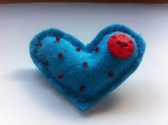 Broche corazón fieltro con botón. Todo cosido a mano y hechoconmismanitas. Te gusta???