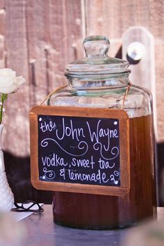 Cute drink dispenser with the John Wayne cocktail. vodka sweet tea and lemonade. Perfect for a western party. Mojito, Barn Parties, Western Parties, Western Party Foods, Taco Bar, Wild West Party, Wild West Wedding, Babyshower, Cowboy Party