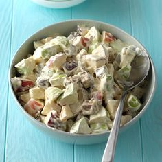 Candy Bar Apple Salad Recipe -This creamy, sweet snickers salad with crisp apple crunch is a real pe Apple Salad Recipes, Grape Recipes, Fruit Recipes, Drink Recipes, Delicious Recipes, Chicken Recipes, Recipies, Yummy Food, Potluck Recipes