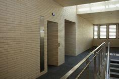 Ladrillo Caravista de Gran Formato LYCEUM, modelo Blanco K2 de Piera Ecoceramica en fachada y divisorias interiores.