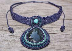 Dimension de Pierre Pierre d'obsidienne (Manto Huichol) Collier macramé (nuances de bleu) avec perle Turquoise - approx.  4cm / 3cm