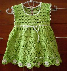 Kız çocuğu yeşil örgü elbise