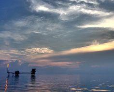Di ujung senja. Kalo liat laut tenang kayak kaca gini bawaan adem rasanya bisa kerja dan tidur dengan tenang.   #offshore #offshorelife #oilworker #oilngas #sunset #instamoment #instagood #iphonesia #instaphoto #view by septianadiwibowo