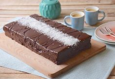 Let's have a giant chocolate-coconut Kinder Délice today. You may have never heard of it, but it is my favorite Kinder and I highly recommand it! Chocolate Icing, Melting Chocolate, Kinder Delice Coco, Coconut Mousse, Giant Cake, Thermomix Desserts, Cake Tins, Unsweetened Cocoa, Something Sweet
