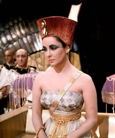 vintage everyday: Rare and Beautiful Color Photos of Elizabeth Taylor Portrayed the Egyptian Queen Cleopatra, 1963 Elizabeth Taylor Cleopatra, Young Elizabeth Taylor, Hollywood Cinema, Classic Hollywood, Old Hollywood, Queen Cleopatra, Cleopatra Costume, Cleopatra Makeup, Divas