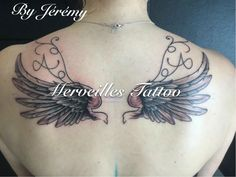 Tatouage ailes et initiales haut du dos réalisé par Jérémy