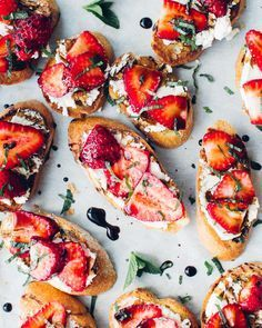 Strawberry Goat Cheese Crostini | Party appetizer recipes