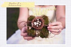 Wir haben ein weiteres Schätzchen entdeckt, das als unverwechselbares Sahnehäubchen Eurer Hochzeitfungieren könnte. Ein Ringkissen, das nicht aus weißem Satin besteht und die Ringe mit dem klassichen Band festhält. Dieses Ringkissen ist ein kleines Nest auf einem Kästchen aus Moos, dekoriert mit Zweigen und weißen Perlen. Ein kleiner Hingucker… Gibt's zu bestellen bei the treasured …