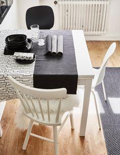 Ruokapöytä on päivitetty erityylisillä tuoleilla ja pöytäliinalla.