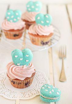 Heart Polka Dot Macarons & Vanilla Bean Blueberry Cupcakes #pieczenie #Amica #inteligentnystyl www.amica.com.pl