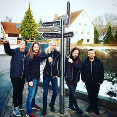 The neat gentlemen of @hammerfall at Thomann Thanks for being our guests! 🔨 #hammerfall #treppendorf #metal #HammerFall #power #shopping #stars