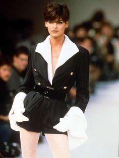 """Linda, hier auf dem Laufsteg von Chanel Anfang der 90er, meinte damals spaßeshalber während eines Interviews zu einem Journalisten der Zeitschrift Vogue: """"Für weniger als 10.000 Dollar am Tag stehen wir gar nicht erst auf."""""""