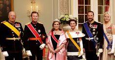 Luxembourgs fyrstepar på statsbesøk i Norge 2011. Dronning Sonja i dronning Mauds perle- og diamanttiara. Mette-Marit med bryllupstiaraen.