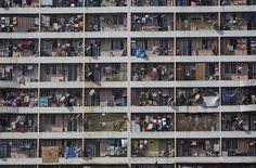 Mumbai... Ein Hochhaus in einem westlichen Vorort von Mumbai: Hier zahlt man gut 143 euro  monatlich für eine Einzimmerwohnung
