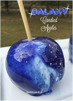 Find some of the best candy apple recipes for candy apples. Includes a delicious cinnamon candy candy apple recipe and even a candy apple for Halloween! Halloween Candy Apples, Halloween Treats, Diy Galaxie, Colored Candy Apples, Galaxy Apples, Galaxy Crafts, Gourmet Caramel Apples, Caramel Treats, Cinnamon Candy