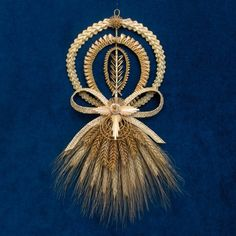 Porte-bonheur avec épi de blé stylisé Straw Weaving, Basket Weaving, Corn Husk Wreath, Corn Husk Crafts, Corn Dolly, Straw Art, Straw Crafts, Montessori Art, Wheat Straw