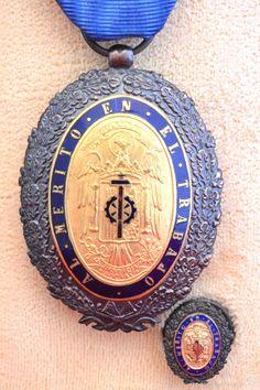 MEDALLA AL MERITO EN EL TRABAJO 1942 CATEGORIA ORO INSIGNIA Y CAJA ORIGINAL EXCELENTE CONSERVACION
