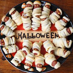 Scare up some Halloween party food for friends and family. A haunting Halloween party menu will transform everyday recipes into spooky party fixings. Halloween Snacks, Entree Halloween, Spooky Halloween Crafts, Halloween Goodies, Halloween Costumes, Halloween Stuff, Halloween Potluck Ideas, Halloween Decorations, Halloween Pizza