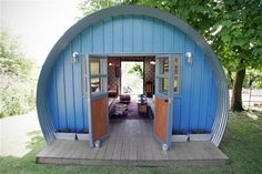 This quirky and industrial style cabinhas drawn influence from a Nissen hut.