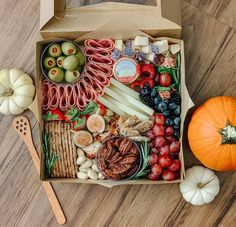 Charcuterie Gift Box, Charcuterie Picnic, Charcuterie Recipes, Charcuterie And Cheese Board, Charcuterie Platter, Party Food Platters, Cheese Platters, Graze Box, Brunch