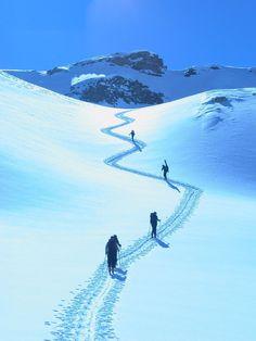 Der schoenste Weg fuehrt immer ueber einen Berg. The most beautiful way always leads over a mountain.