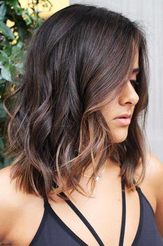 Hair Color 2018 Soft And Effortless Browns ❤️ Fancy accentuating your hair color with partial highlights? Your color guide is here! Check out the iconic color combos: blonde highlights for brunettes, caramel hues for natural looks, and face-framing hon. Brunette With Blonde Highlights, Black Hair With Highlights, Brown Hair Balayage, Partial Highlights, Face Frame Highlights, Brunette Color, Beautiful Hair Color, Cool Hair Color, Hair Color 2017