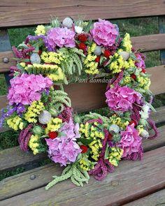 Added by @pani_domaca Instagram post Z dedinskej záhradky... veselý a farebný ako letné dni. Všetko domáce kvety a aj základ z voňavého sena. Určite bude pekný aj po usušení. #summer #summerwreath #countrywreath #countrygarden #floristic #naturewreath #mypassion #flowersfromslovakia #localflowers #mygarden #hydrangea #limonium #papaver #nigella #amaranthus #veniec #leto #letnyveniec #vidiek #vidieckazahrada #mojazaluba #hortenzia #cernuska #limonka #lokalnekvety #kvetyzdediny #domov… Floral Wreath, Gardening, Wreaths, Country, Home Decor, Floral Crown, Decoration Home, Door Wreaths, Rural Area