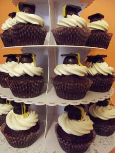 Cupcakes de absolvire liceu Fiica mea cea mare absolveşte liceul şi am vrut să marchez acest moment cu o surpriză dulce şi ciocolatoasă... Cheesecakes, Muffins, Bacon, Food And Drink, Cupcakes, Sweets, Cookies, Desserts, Graduation