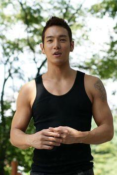 Dang, those solid biceps are drool-worthy Hwanhee Oppa... :D