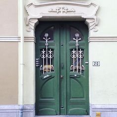 Er zijn weinig deuren die ik nog niet gefotografeerd heb in Gent. Af en toe kom ik nog eens een mooi exemplaar tegen dat ik voordien nog niet opgemerkt heb. Zoals deze groene deur met wit smeedwerk. (96/366)  There are few doors I haven't photographed yet in Ghent. Sometimes I see a beautiful example that I hadn't noticed before. Like this green door with white wrought iron. (96/366)  #attackofthegreendoors #wroughtiron #gent #door #doors #rsa_doors #rsa_doorsandwindows #doorlovers…