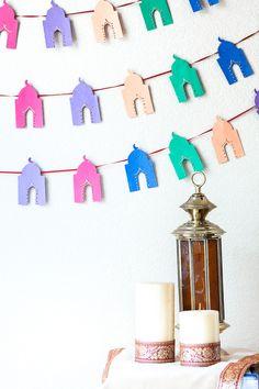 Ramadan craft - DIY Eid and Ramadan banner - Kid's love to trace masjid cookie cutter when making this banner. Eid Crafts, Diy And Crafts, Crafts For Kids, Arts And Crafts, Diy Eid Decorations, Decoraciones Ramadan, Eid Banner, Ramadan Cards, Muslim Ramadan