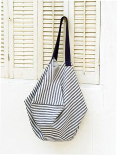 Easy to do! How to make striped bags for summer (bag) Japanese Knot Bag, Japanese Sewing, Origami Bag, Origami Folding, Fabric Stamping, Striped Bags, Pencil Bags, Craft Bags, Fabric Bags