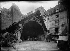 Paris 1er - Rue Montorgueil - Auberge du Compas d'Or - Surtout, la cour comportait un ancien et vaste hangar abritant les diligences pour Dreux, Creil et Gisors. Il se distinguait par une charpente d'une portée de 15 mètres, d'une profondeur de près de 20 mètres, et reposant sur des piliers en maçonnerie.
