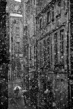 Snow in the city, Clermont Ferrand, dpto. Puy-de-Dôme, France, by Hippolyte