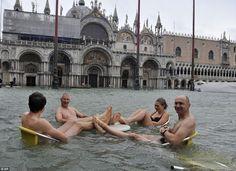 Wenecję nawiedziła jedna z największych powodzi ostatnich lat, ale jak widać są tacy, którym nawet to nie jest w stanie popsuć pogody ducha! :)