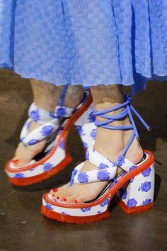 Kenzo Spring 2019 Ready-to-Wear Fashion Show Kenzo Spring 2019 Ready-to-Wear Collection – Vogue Kenzo, Runway Fashion, Fashion Shoes, Fashion Outfits, Fashion Fashion, Fall Outfits, Fashion Trends, Pretty Shoes, Beautiful Shoes