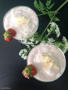 Att hitta perfekt söta jordgubbar är en lyckoupplevelse, vad passar då bättre än att njuta av dem i en god och mättande smoothie? Till ett glas: 4 msk grädde 4 msk kokosgrädde 4 msk vatten 4 jordgubbar Vaniljpulver efter smak Mixa allt och häll upp i ett stort eller två små glas. Dessa är toppade...