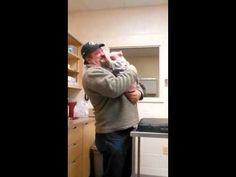 Esto es lo que hace un perro al saber que le has salvado la vida