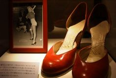 Red leather shoes worn by Marilyn in March 1951 during publicity photos with the Chicago White Sox. Marilyn Monroe Outfits, Marilyn Monroe Costume, Norma Jean Marilyn Monroe, Marilyn Monroe Photos, Famous Shoes, Leather Shoes, Red Leather, Marilyn's Closet, Final Days