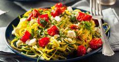Recette de Spaghettis de courgettes light au pesto, tomates et feta. Facile et rapide à réaliser, goûteuse et diététique.